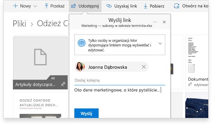 tablet pokazujący dwie osoby współpracujące w trybie online nad dokumentem programu Word