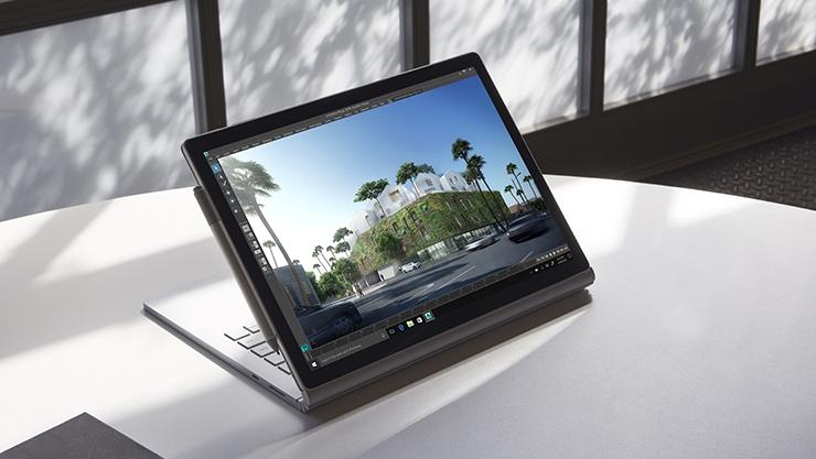 Surface Book 2 w trybie wyświetlania, obok pióro Surface.
