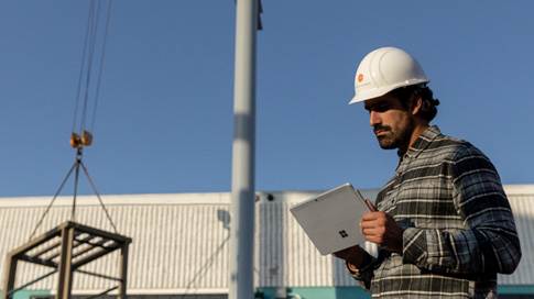 Osoba pracująca na urządzeniu Surface