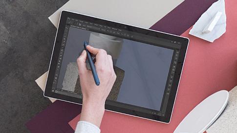 Kobieta edytująca zdjęcie na urządzeniu Surface.