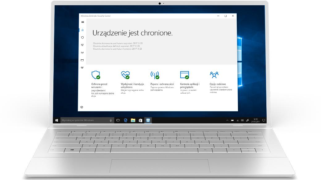 Srebrny laptop zaplikacją Windows Defender na ekranie