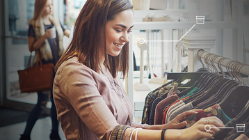 Kobieta przeglądająca ubrania