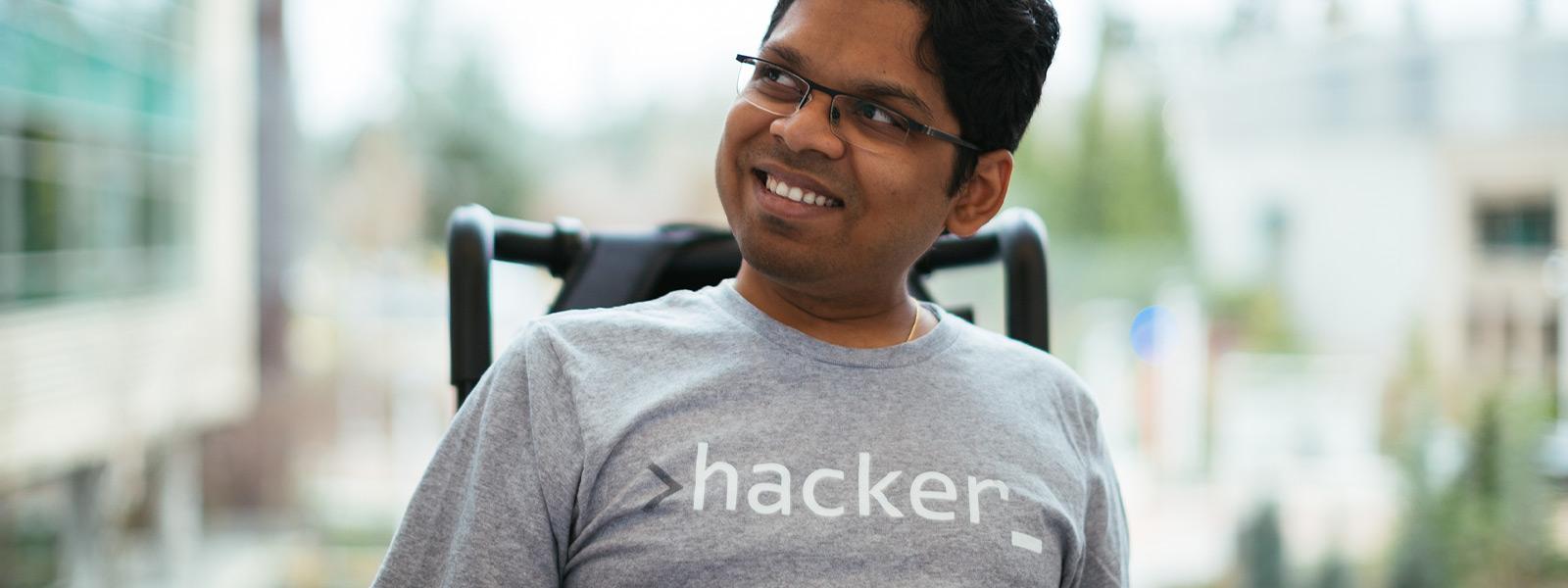 Um homem sorrindo, sentado em uma cadeira de rodas