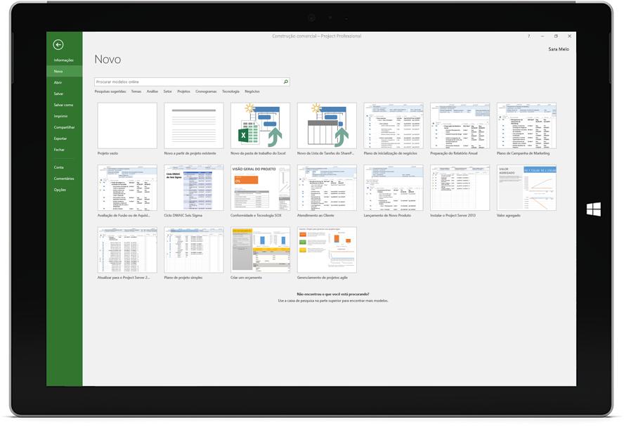 Tablet Microsoft Surface mostrando a janela Novo Projeto no Project Professional