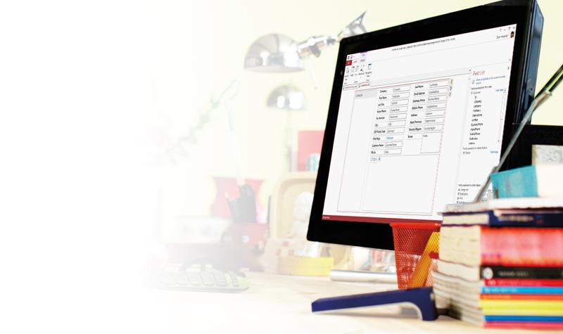 Tablet mostrando um banco de dados no Microsoft Access 2013.