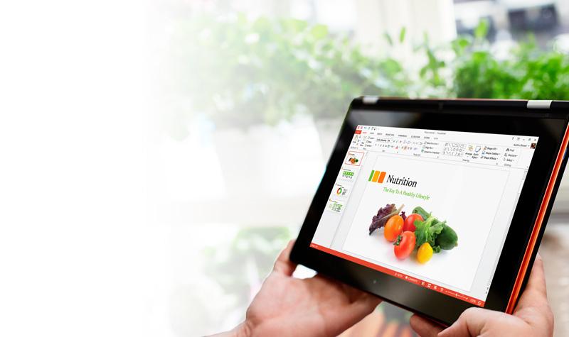 Um tablet que mostra slides de apresentação do PowerPoint com faixa de opções e navegação à esquerda.