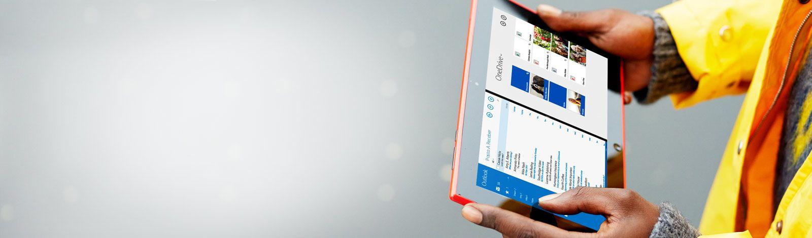 Um homem segurando um tablet em suas mãos. Com o Office 365, você pode trabalhar em praticamente qualquer lugar.