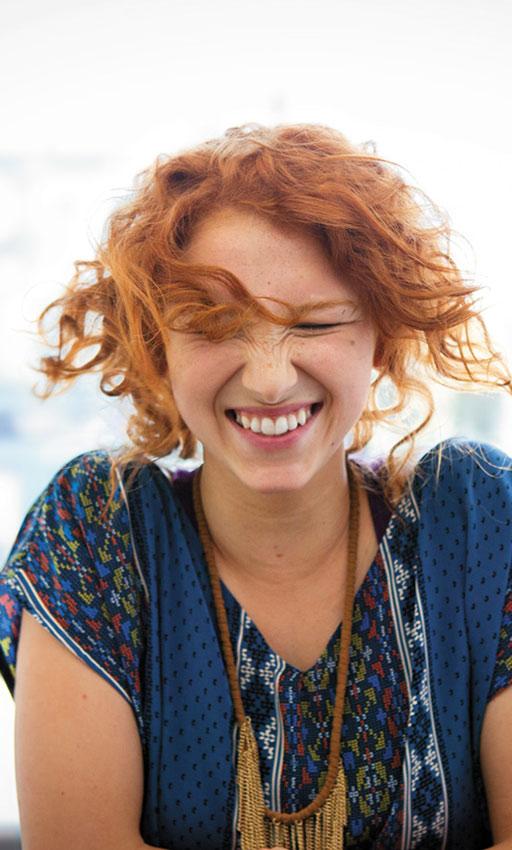 Uma mulher sorridente. Com o novo Office para Mac, você trabalha melhor em praticamente qualquer lugar.