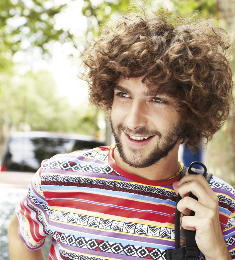 Um homem do lado de fora, sorridente. Com o novo Office para Mac, você trabalha melhor em praticamente qualquer lugar.