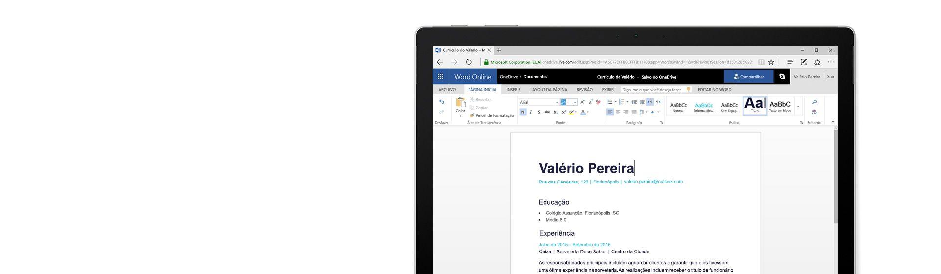 Uma tela de computador mostrando um currículo sendo criado no Word Online