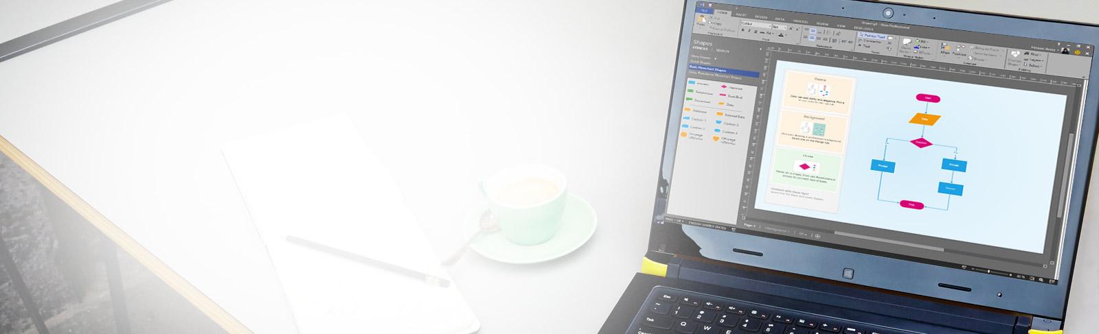 Imagem aproximada de um laptop sobre uma mesa, mostrando um diagrama do Visio com faixa de opções e painel de edição.