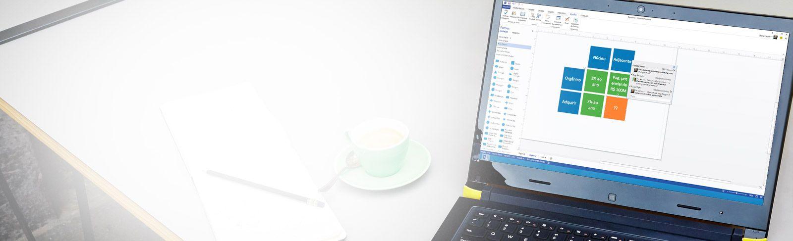 Um laptop aberto, mostrando o Visio Standard 2013 em uso.