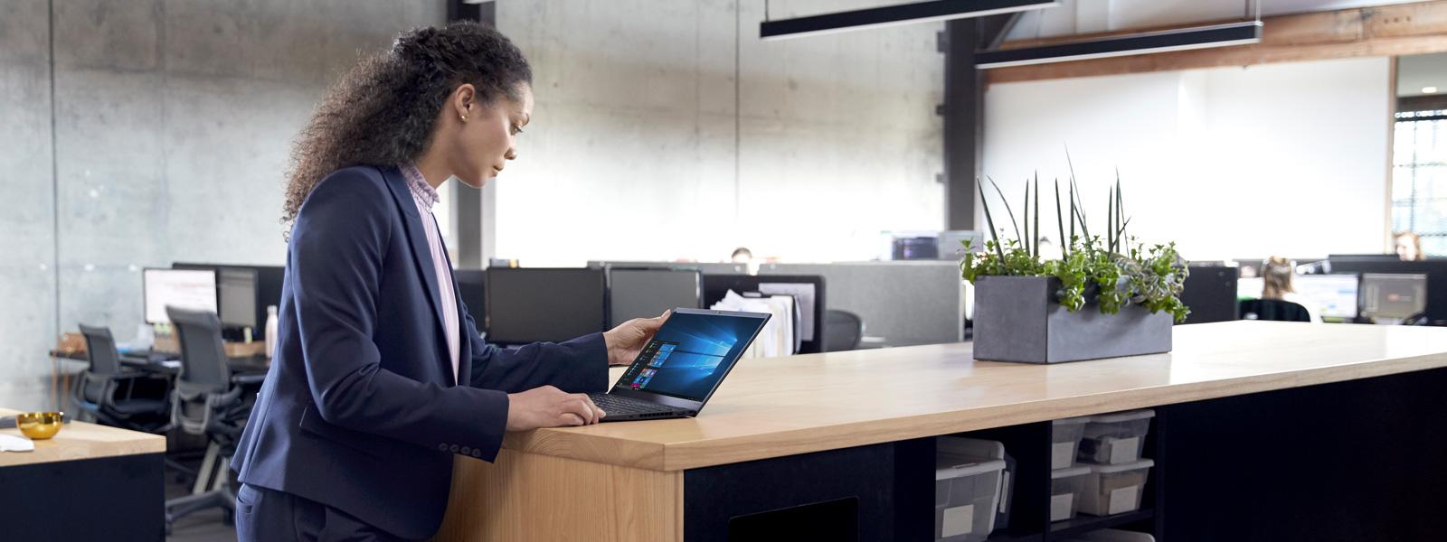 Tela do Windows Hello em um laptop sobre a mesa
