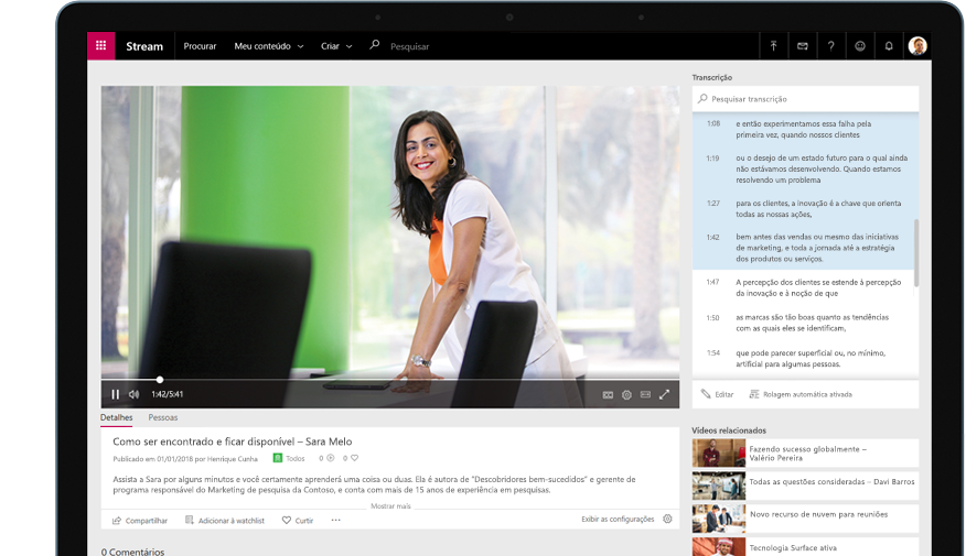 Dispositivo reproduzindo um vídeo do Stream de uma pessoa em pé em uma sala de conferência, com uma transcrição do vídeo à direita