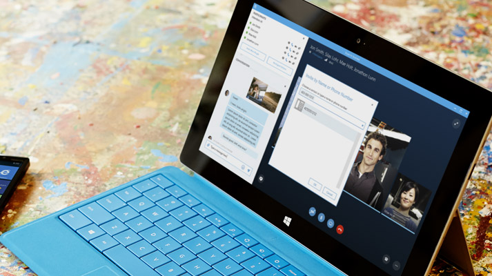 Tablet Surface exibindo uma reunião do Skype for Business Online na tela