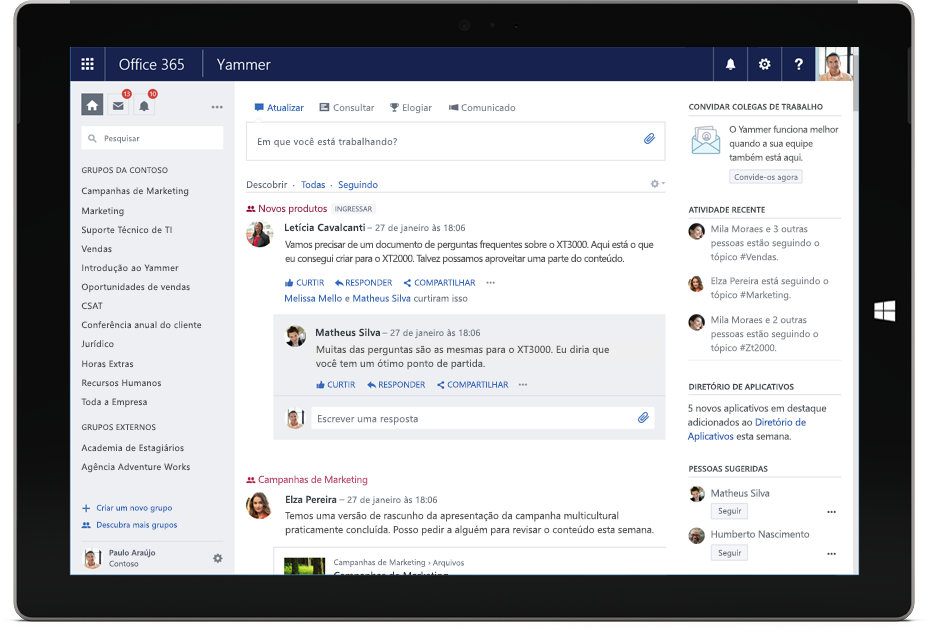 Um tablet Surface exibindo o feed Descobrir do Yammer