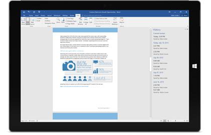 Um tablet mostrando o histórico de versões de um documento no Office 365.