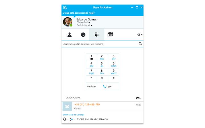 Uma pessoa digitando em um tablet Surface, com uma reunião do Skype for Business Online na tela