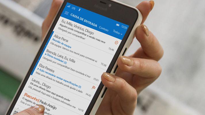 Mão tocando em uma mensagem na lista de emails do Office 365 no smartphone.
