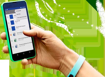 Um smartphone sendo segurado com uma mão, mostrando o Office 365 sendo acessado.