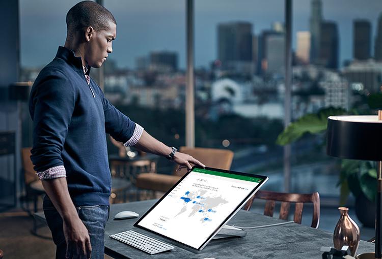 Pessoa em um escritório olhando para um dispositivo