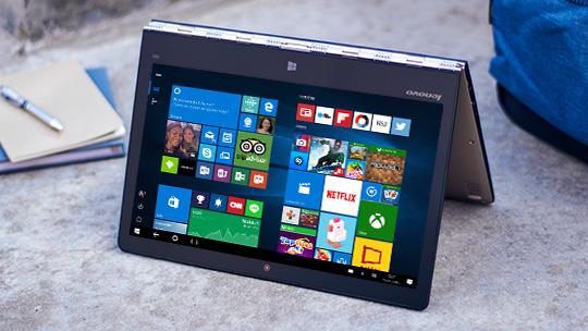 Lenovo Yoga 900 dobrado em forma de tenda com a tela inicial do Windows 10
