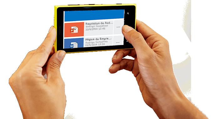 Um smartphone a ser segurado, a mostrar o Office 365 a ser acedido.