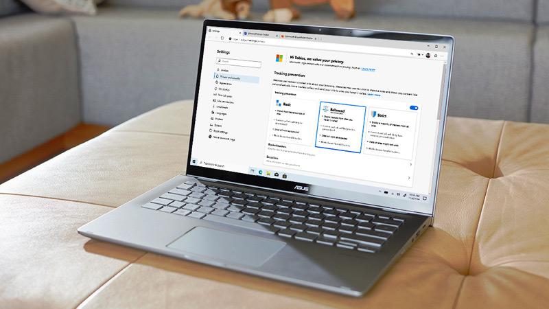 Portátil com as definições de privacidade do browser Microsoft Edge apresentadas no ecrã