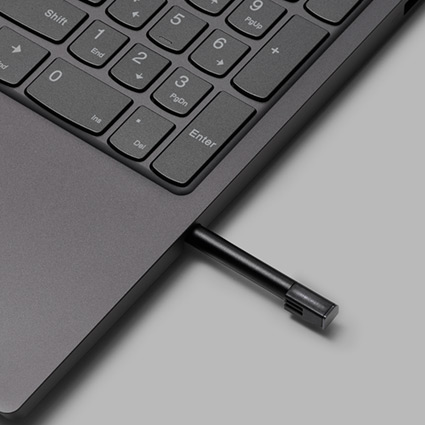 Caneta digital a ser ejetada do compartimento existente na parte lateral do teclado