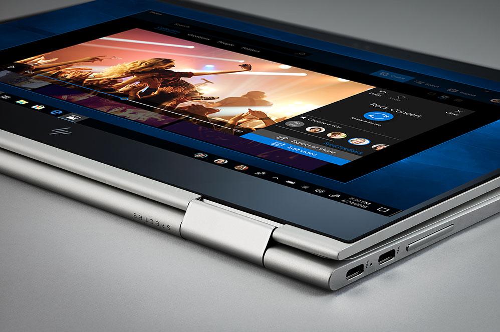 Um computador Windows 10 2-em-1 em modo de tablet com um ecrã da aplicação Fotografias Microsoft
