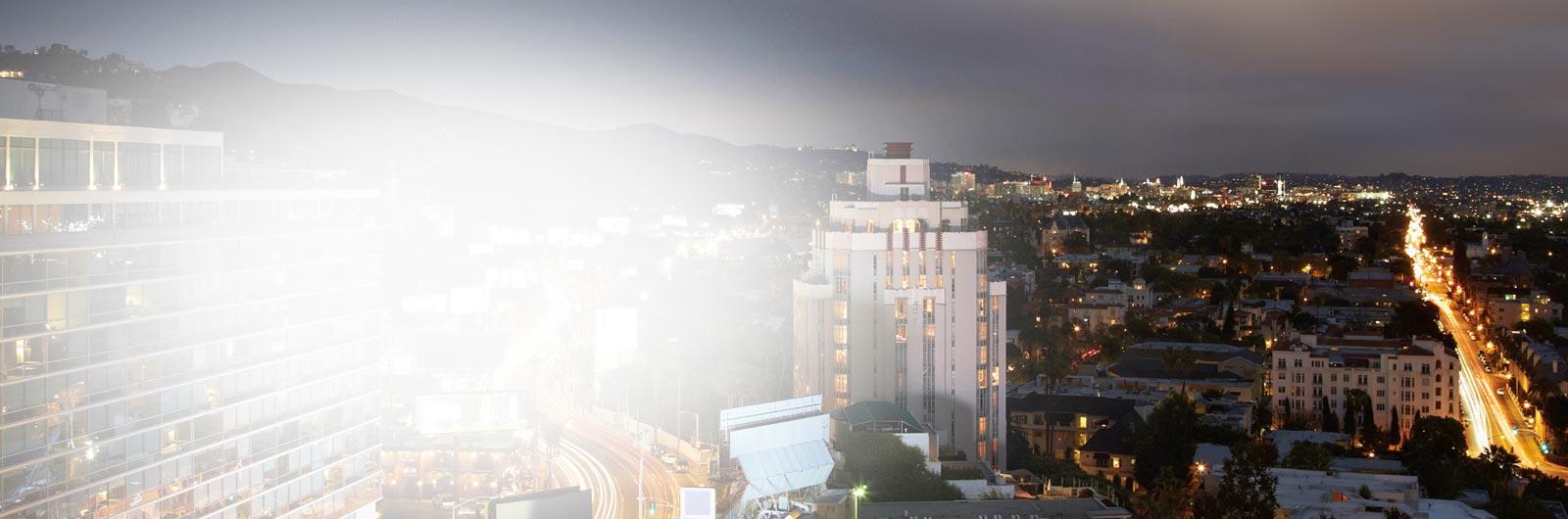Uma vista noturna de uma grande cidade. Leia his