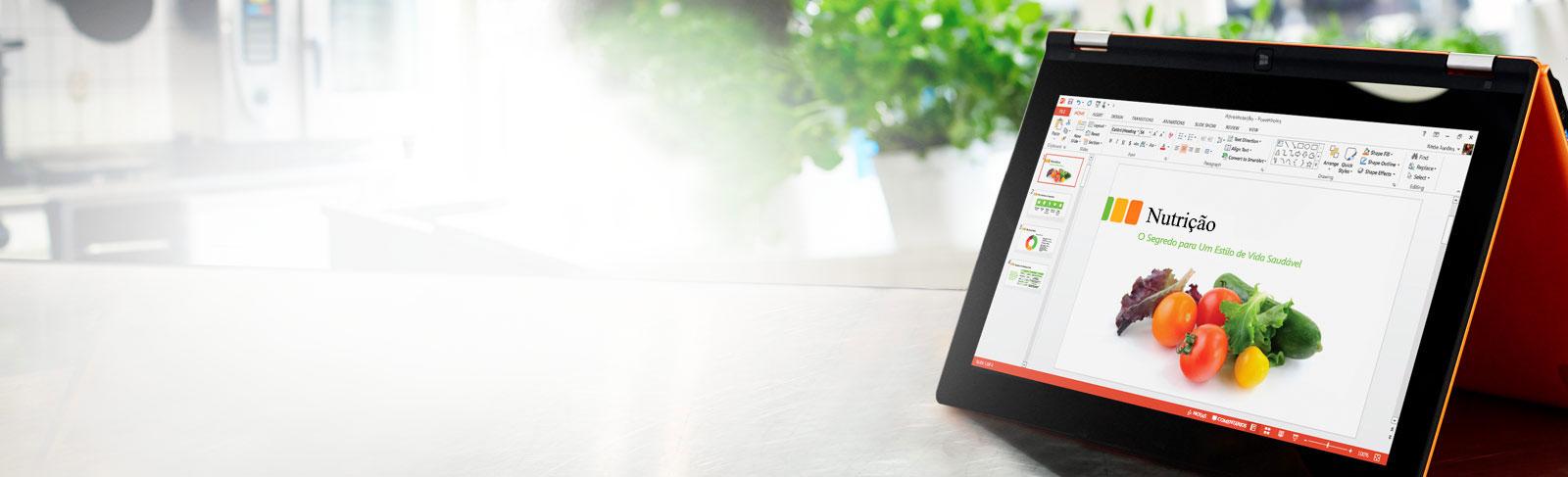 Um tablet a apresentar o diapositivo de uma apresentação do PowerPoint com navegação esquerda e friso.