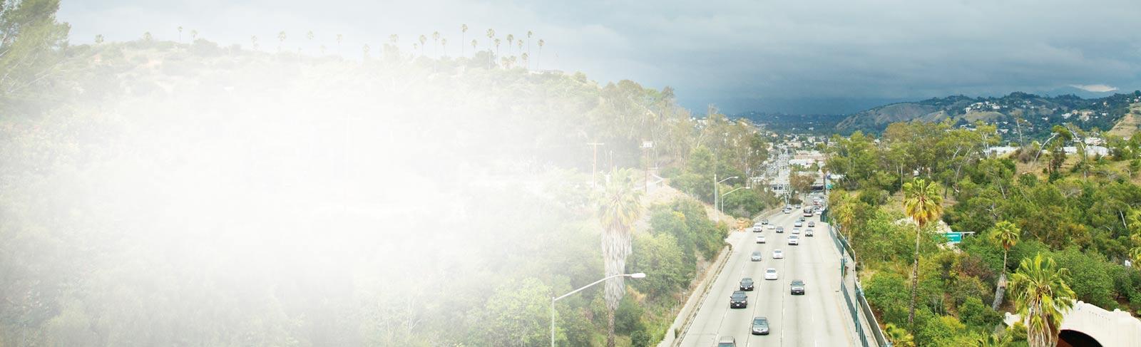 Uma autoestrada em direção a uma cidade. Ler as histórias dos clientes do SharePoint 2013 de todo o mundo.