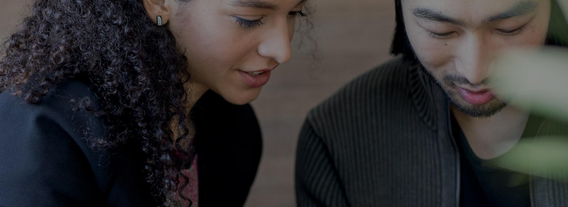 Imagem do Microsoft PowerPoint a ser executado num computador, num portátil e num iPad