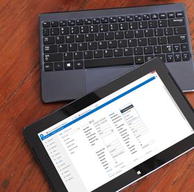 O ecrã de um computador de secretária a apresentar a vista de Lista de uma aplicação de base de dados no Access 2013.