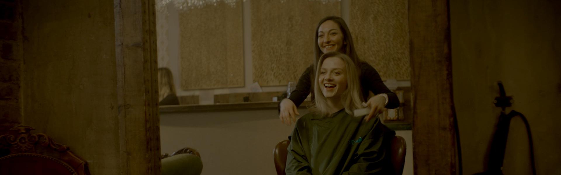 Duas mulheres num salão de cabeleireiro