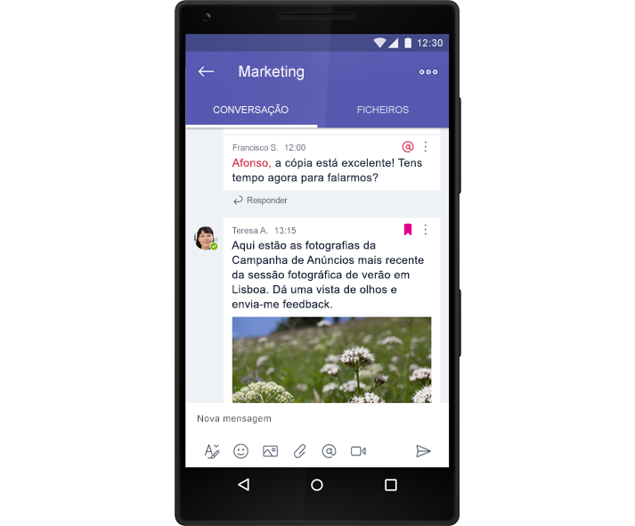 Um smartphone a mostrar uma conversação de chat de grupo no Microsoft Teams