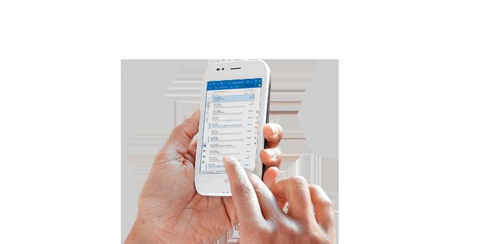 Detalhe das mãos de uma pessoa a utilizar o Office 365 num telemóvel.