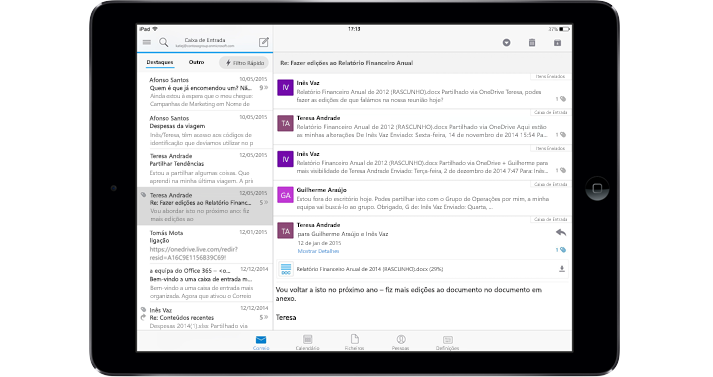 Um tablet a mostrar uma caixa de entrada sem publicidade com o Office 365.