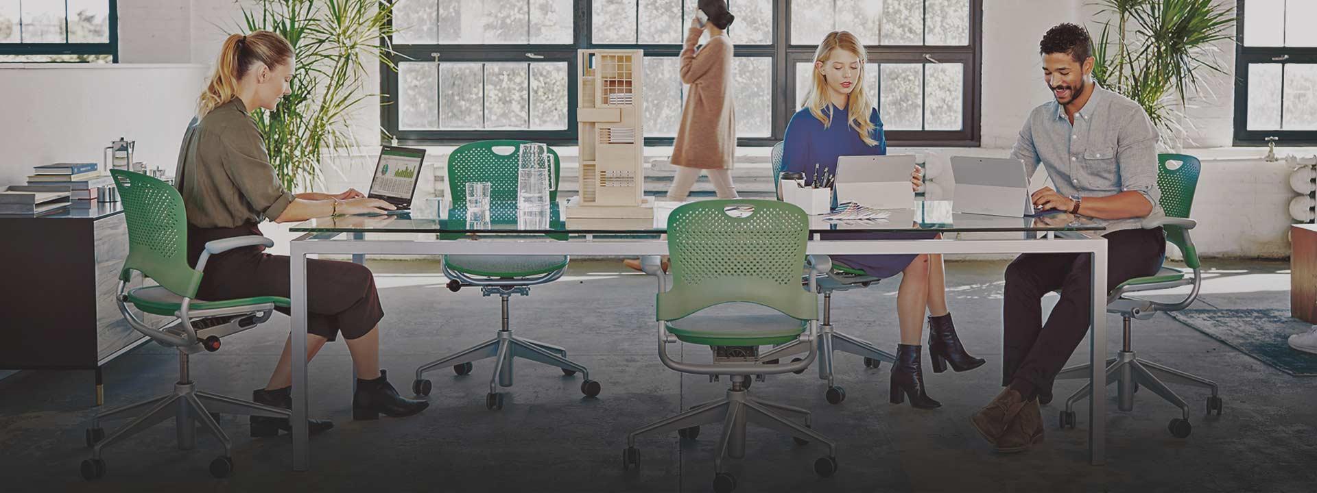 Pessoas a trabalharem, saiba mais sobre o Office 365
