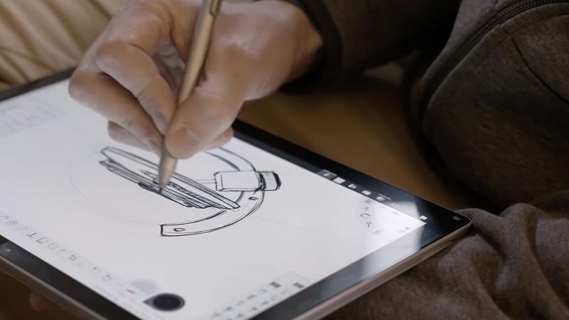 Ryan Spoering a utilizar o Surface Pro 4.