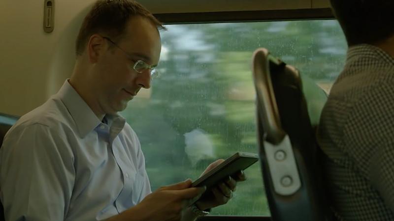 O Dr. Brian Levine a utilizar o Surface Pro 4.