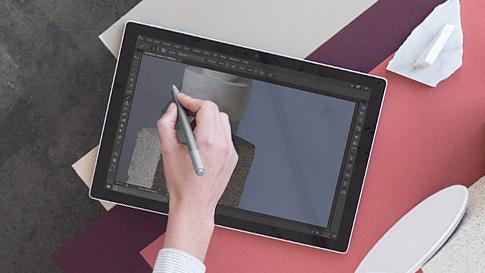 Mulher a editar uma fotografia num Surface Book.