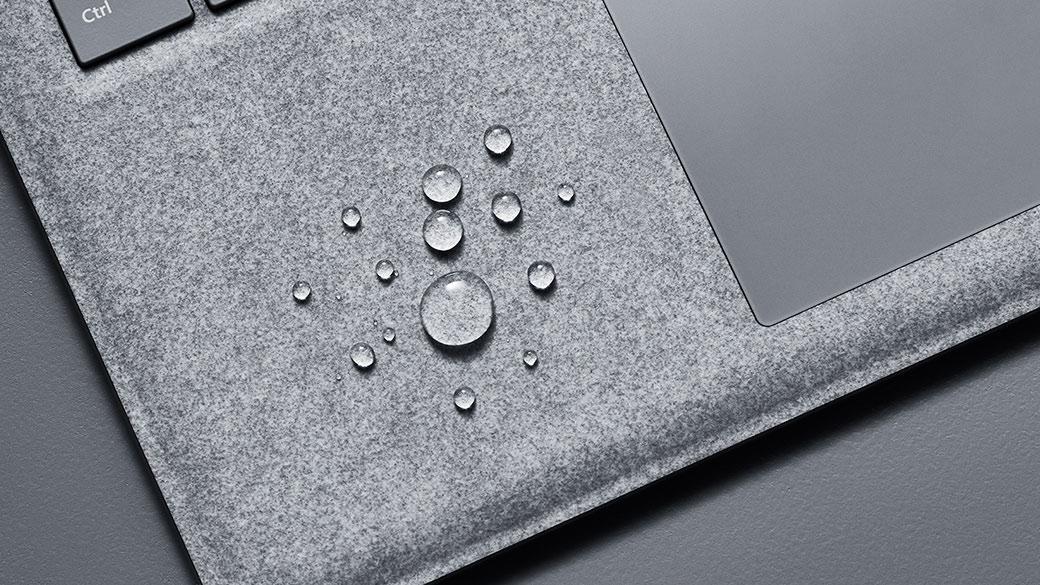 Teclado revestido a Alcantara® do Surface Laptop com gotas de água.