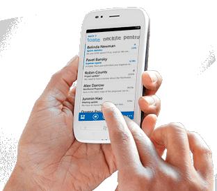 O mână care atinge un mesaj într-o listă de e-mail Office 365 de pe un smartphone.