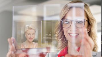Femeie de afaceri care utilizează tehnologia modernă cu inteligență artificială
