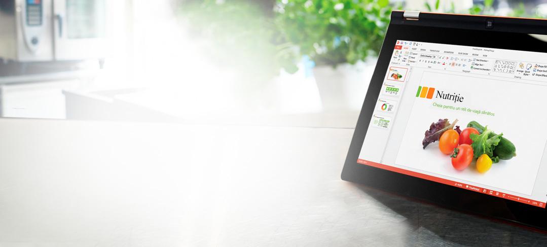 O tabletă ce afișează un diapozitiv al unei prezentări în PowerPoint, cu navigare în partea stângă și cu o panglică.