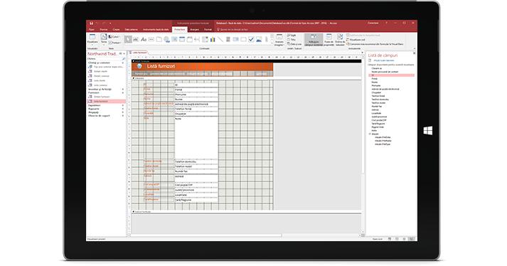 O tabletă care afișează o bază de date Access
