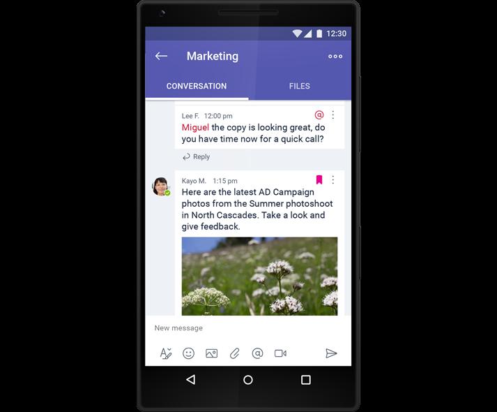 Un smartphone care afișează o conversație de grup pe chat, în Microsoft Teams