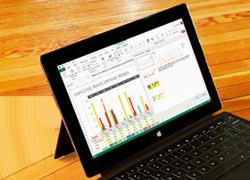 O tabletă afișând o foaie de calcul Excel cu o examinare a diagramelor recomandate.